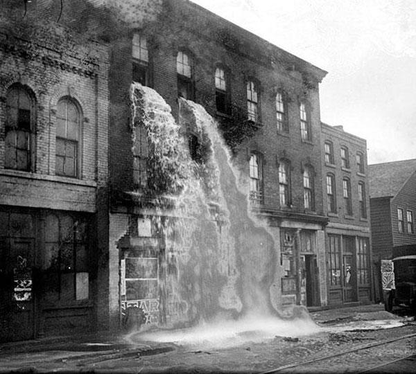 Tutto l'alcol viene versato fuori dalle finestre durante le leggi proibizioniste a Detroit nel 1929
