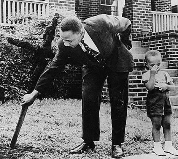 Martin Luter King Jr. con il figlio rimuove dal suo giardino una croce bruciata nel 1960