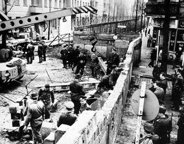 Il muro di Berlino in costruzione nel 1961