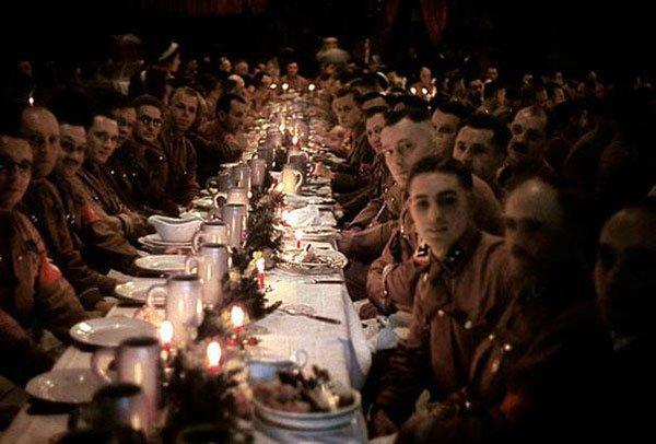 Ufficiali e cadetti nazisti celebrano il natale con un banchetto nel 1941.