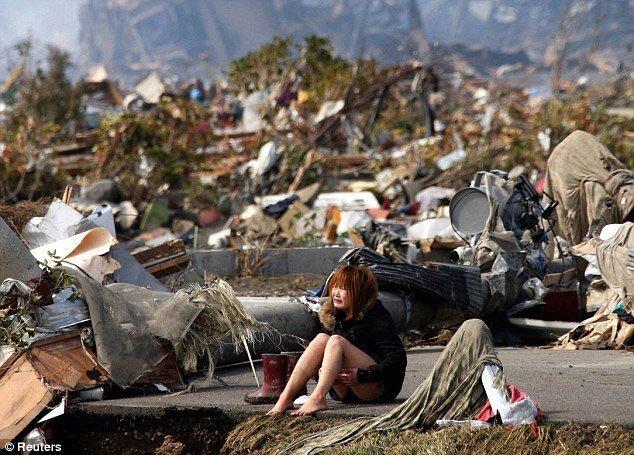 La disperazione di una ragazza dopo lo Tsunami che ha colpito il Giappone nel 2011