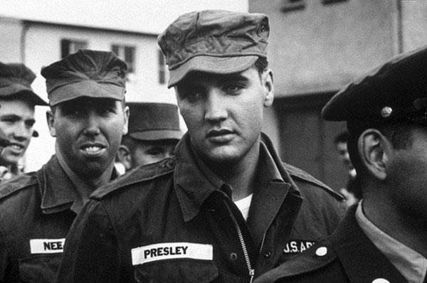 Una foto di Elvis Presley mentre presta servizio militare.