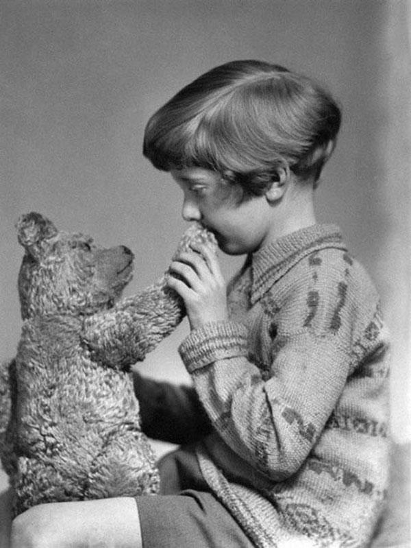 Scatti storici: Gli originali Winnie the Pooh e Christopher Robin nel 1927