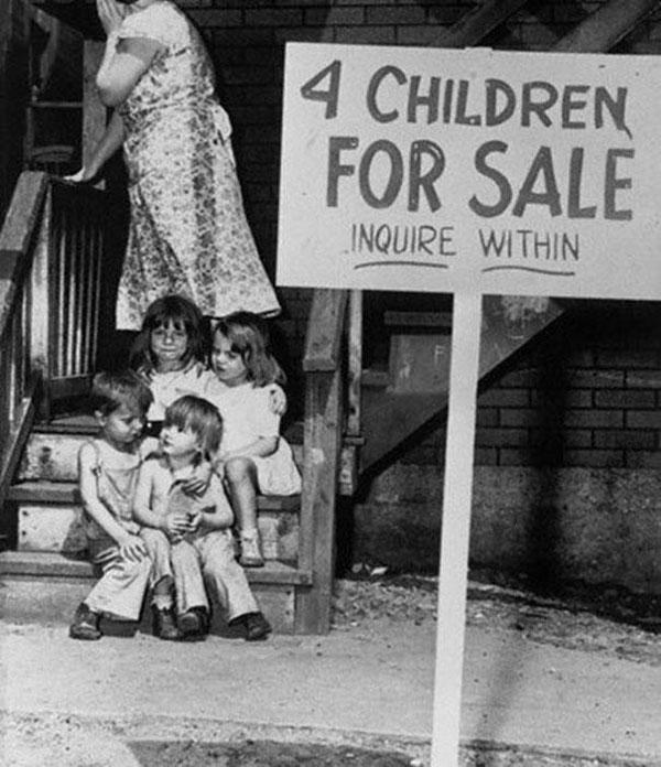 Una madre nasconde il viso per la vergogna dopo aver messo i propri figli in vendita