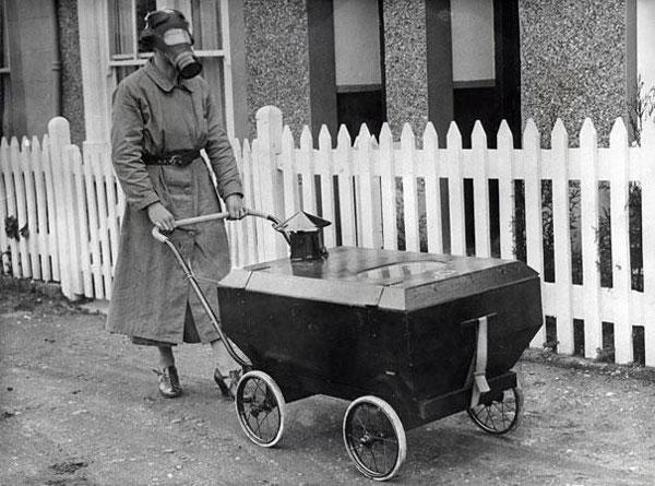 Una donna porta a spasso la figlia neonata in un passeggino a prova di gas.