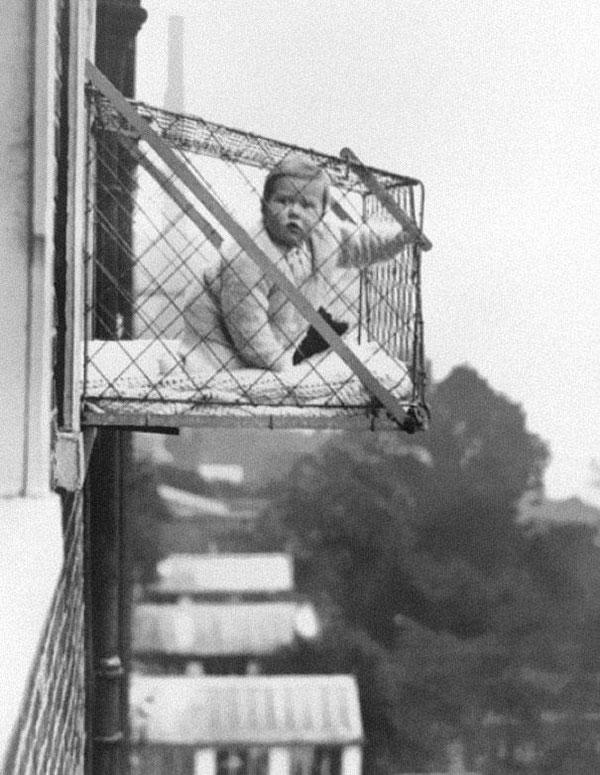 Queste gabbiette erano usate negli appartamenti degli anni '30 per assicurarsi che i bambini prendessero abbastanza aria fresca e luce del sole.