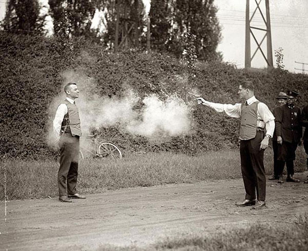 Un uomo coraggioso mentre testa il nuovo giubbotto antiproiettile.
