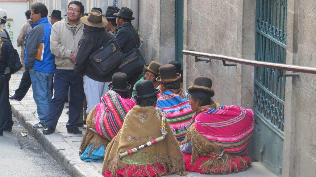 Gente-locale-in-attesa-fuori-da-un-ufficio