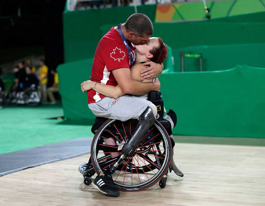 Famosa foto del bacio nel basket in carrozzina