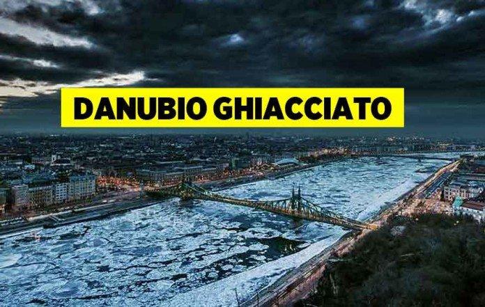 Foto del fiume Danubio ghiacciato a Budapest