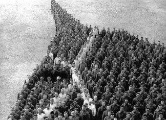 Soldati rendono omaggio ai cavalli