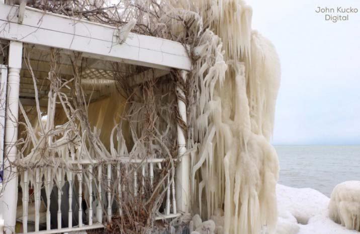 Casa ghiacciata vicino il lago Ontario