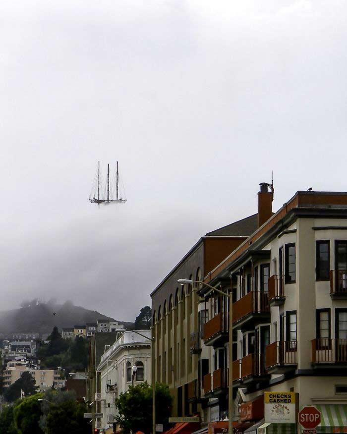 Non è un quadro, ma una foto di una barca che sembra sospesa