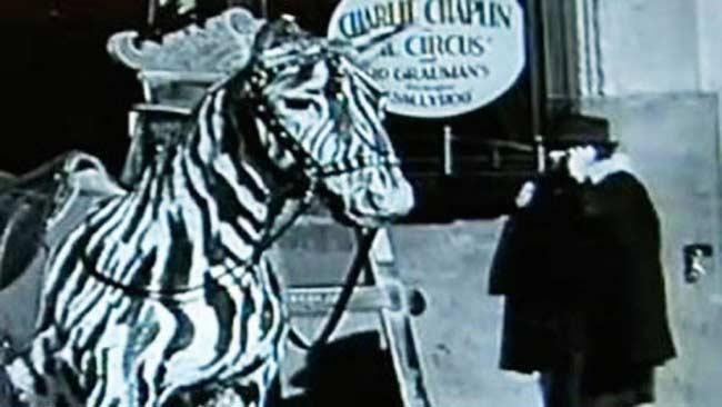 Un telefono cellulare nel film di Chaplin