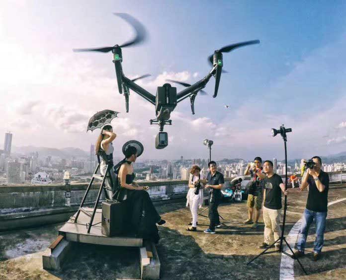 Flash sopra il drone per servizio fotografico
