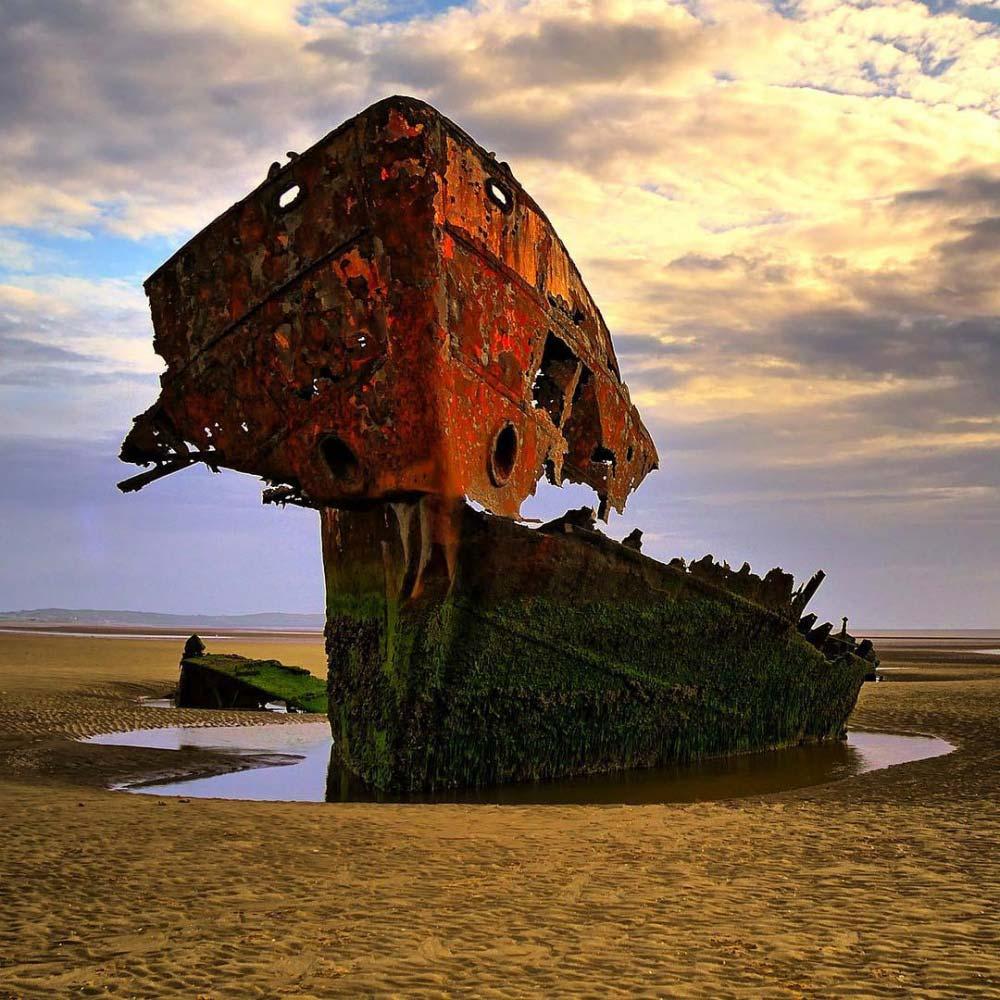 Scheletro di una nave arenata nella contea di Louth, Irlanda. Foto di © Eddy White