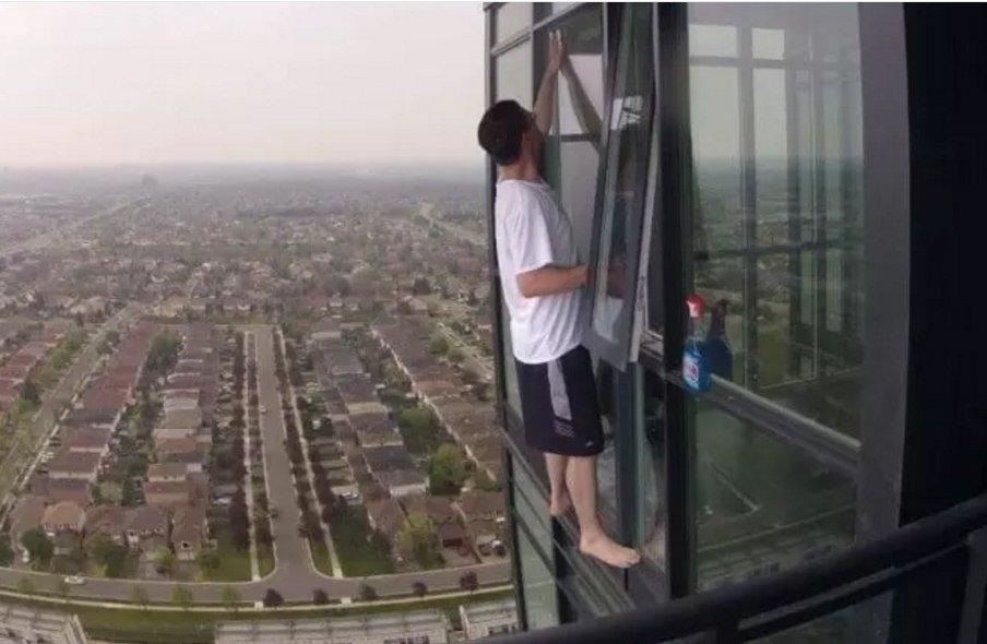 Pulizie vetri palazzo a rischio Vertigini