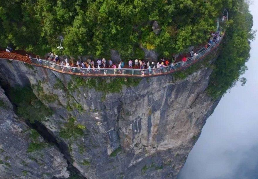 Passeggiata pericolosa in montagna