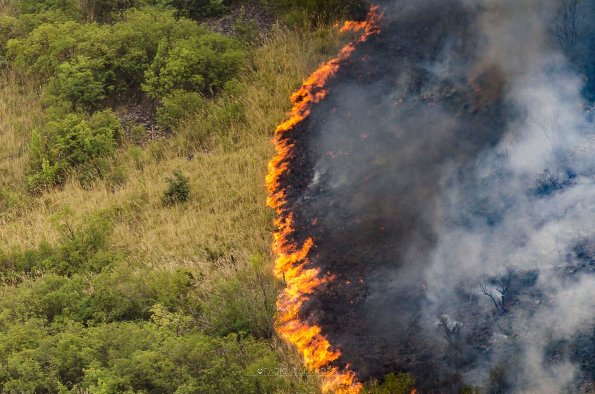 Incendio a Castellammare del Golfo, foto di Fabio Calandra