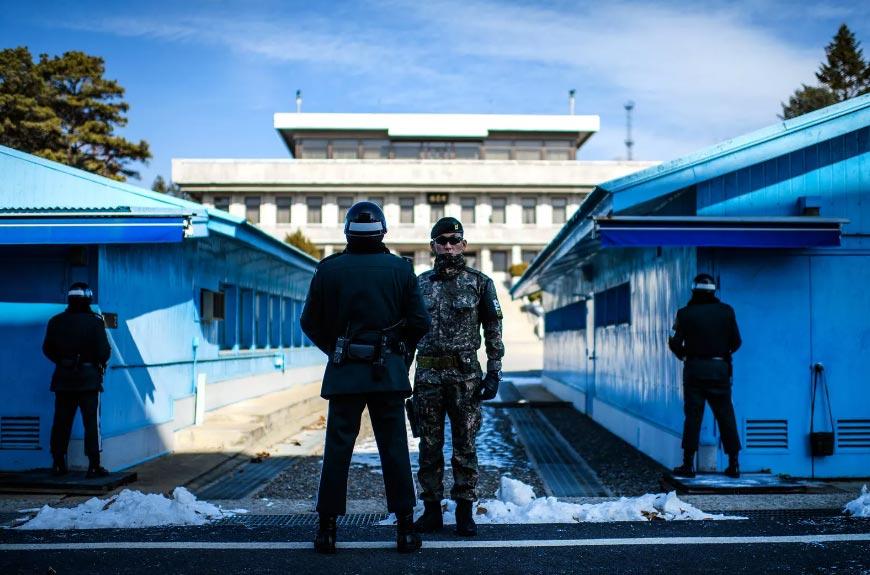 Soldati sudcoreani fanno la guardia a Panmunjom