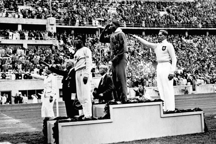 Jesse Owens medaglia d'oro nel salto in lungo