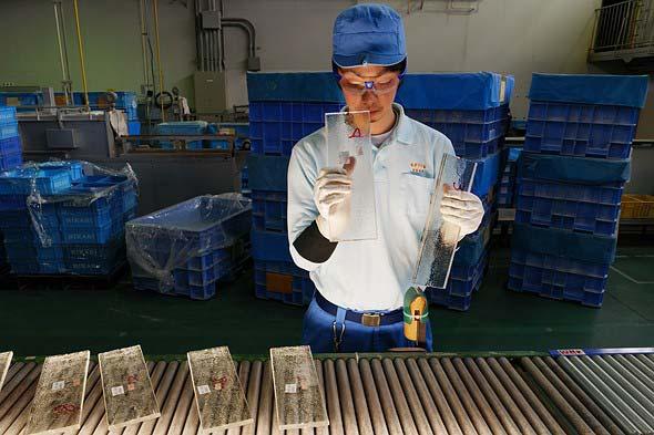 Ispezione dei vetri nella fabbrica Nikon