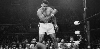 Muhammad Ali mette al tappeto Sonny Liston con il famoso pugno fantasma