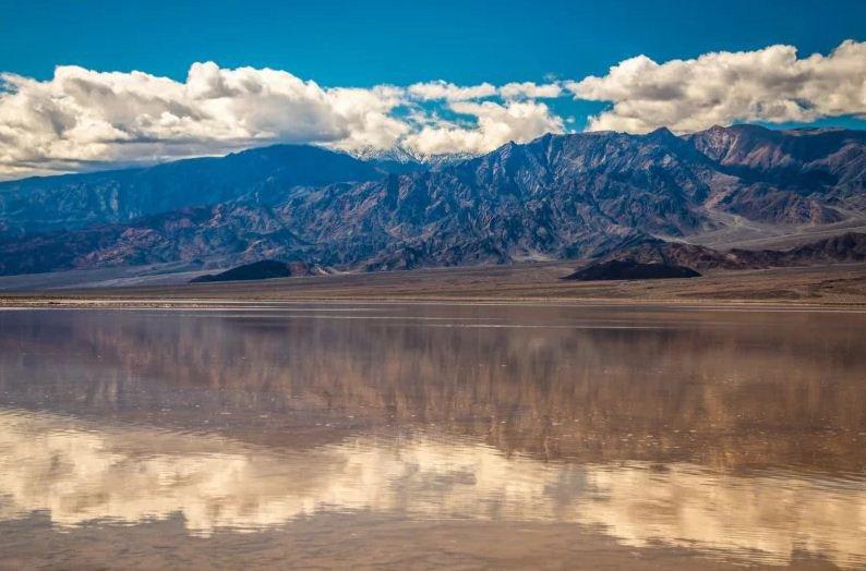 Il lago che si è formato nella Death Valley dopo forti pioggie improvvise