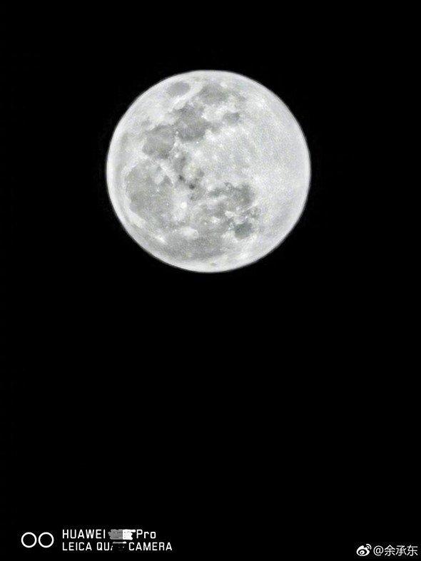 Foto della luna con il Huawei P30