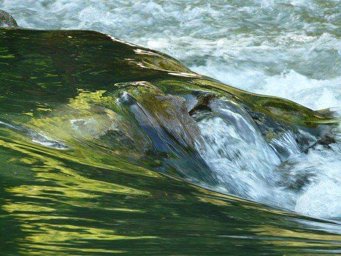 Effetto fluido dell'acqua con tempi lenti di scatto