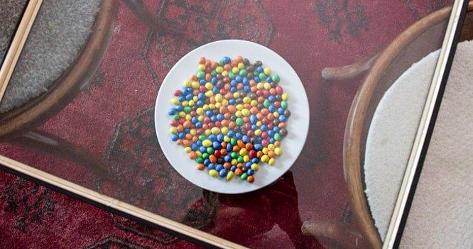 Tavolino con dolci e gocce